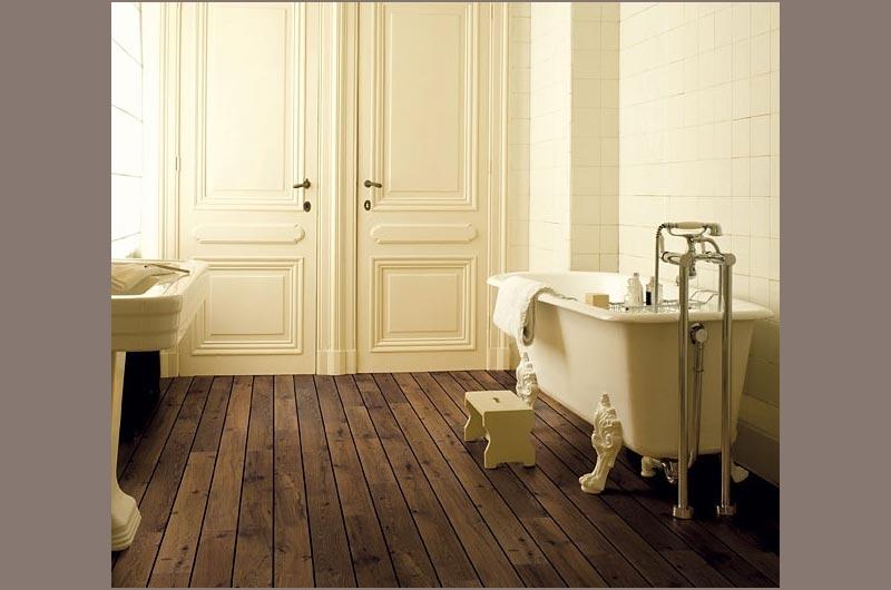 laminaatvloer-in-klassieke-badkamer